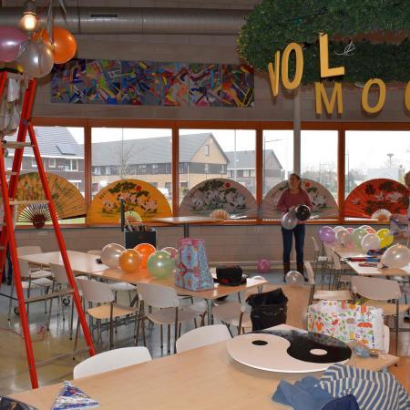 Zaterdag de zaal versieren ballonnen ophangen