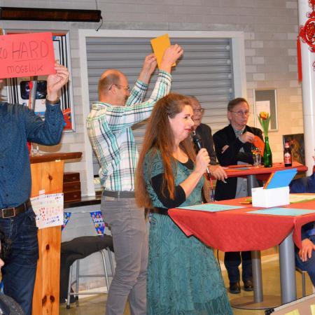 Quizmasteres Cora met lieftallige assistenten Niels en Wim